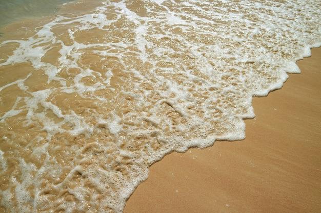 Der rückspül- und meerwasserschaum auf anakena beach auf der osterinsel, chile, südamerika