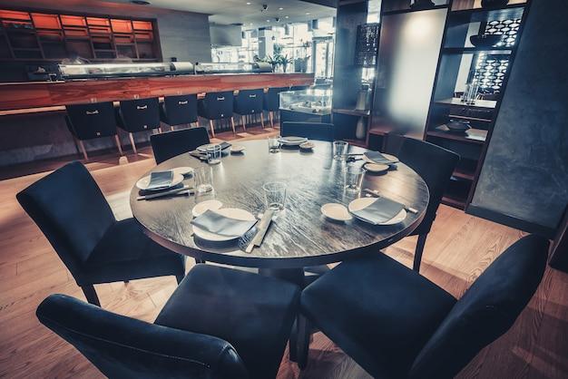 Der runde tisch und die stühle. restaurant dekor.