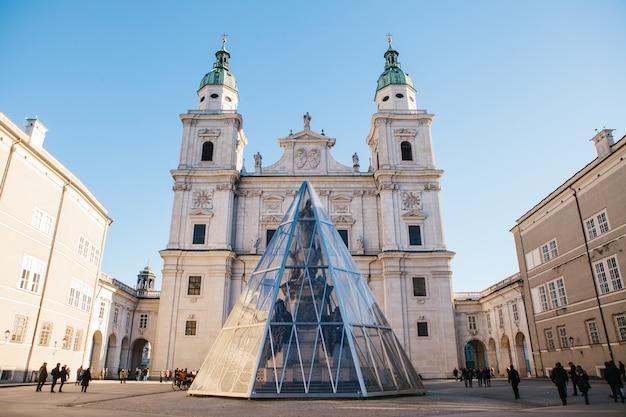 Der salzburger dom, eine der bekanntesten und malerischsten sehenswürdigkeiten der stadt. die majestätische fassade des gebäudes ist im baustil des frühbarocks gehalten. österreich, europa.