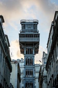 Der santa justa lift - carmo lift, ein historischer aufzug in lissabon, portugal