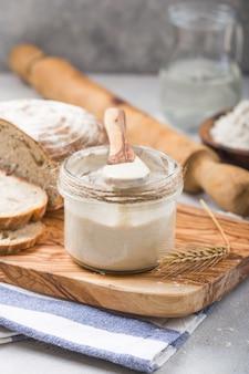Der sauerteig für brot ist aktiv. starter-sauerteig (fermentierte mischung aus wasser und mehl als sauerteig zum brotbacken).