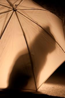 Der schatten einer katze auf einem regenschirm