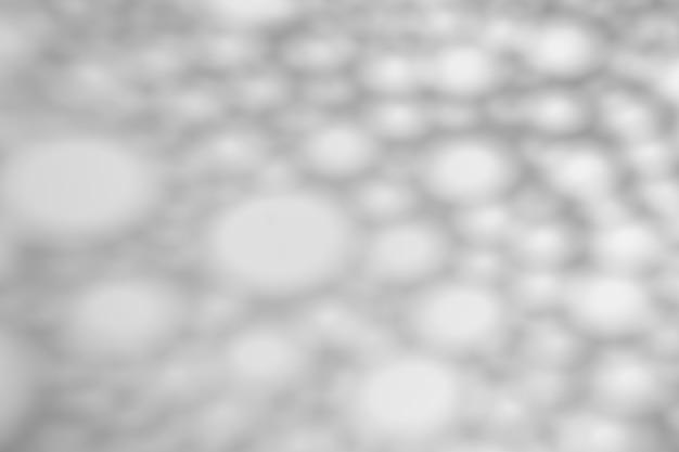 Der schatten von kreisen und geometrischen formen auf einer weißen wand bei sonnigem wetter mit hellem licht. schattenüberlagerungseffekt für foto.