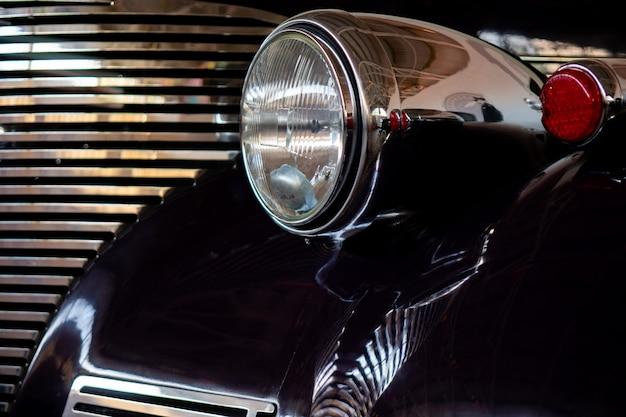 Der scheinwerfer eines antiken, schwarzen autos der seltenheit.