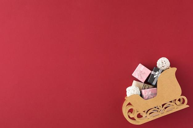 Der schlitten des weihnachtsmanns mit verschiedenen farben der geschenkboxen. weihnachtseinkaufskonzept