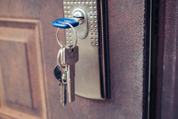Der schlüssel im schloss der eisentür. getöntes bild.