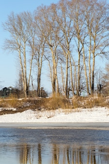 Der schnee schmilzt im frühlingsfluss