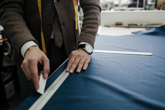 Der schneider arbeitet in einem kleinen atelier. schneiderei. kleines privates unternehmen