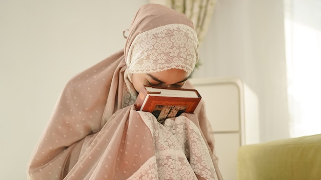 Der schöne asiatische muslim, der den koran liebt