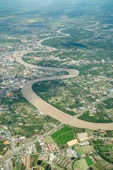 Der schöne curve river wurde am mittag im flugzeug gedreht. es kann landwirtschaft und tal ringsum sehen.