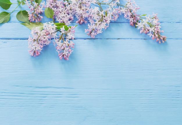 Der schöne flieder auf einem blauen hölzernen hintergrund