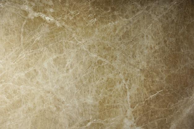 Der schöne hintergrund aus natürlichem marmor aus italien ist braun mit rissen und streifen, die emperador light genannt werden.