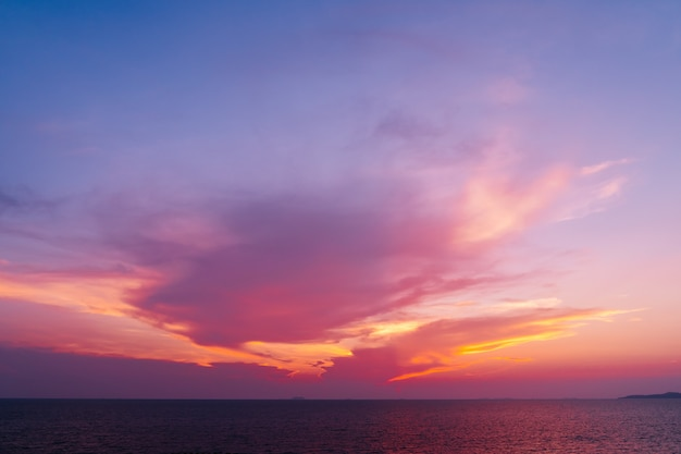 Der schöne purpurrote himmel des indigos während dämmerungszeit in pattaya, thailand