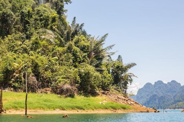 Der schöne see bei cheow lan dam ratchaprapha dam, khao sok nationalpark, thailand