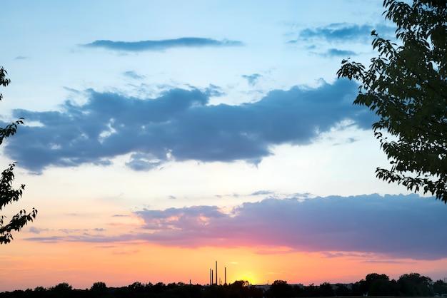 Der schöne sonnenuntergang über den bäumen und dem himmelgoldsonnenuntergang