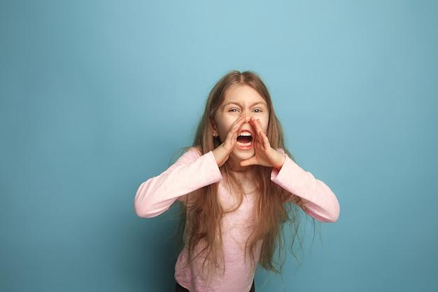 Der schrei. teen mädchen auf einem blauen. gesichtsausdrücke und menschen emotionen konzept