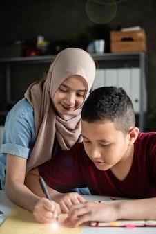 Der schüler des jungen bruders wurde von einem verschwommenen muslimischen lehrer unterrichtet