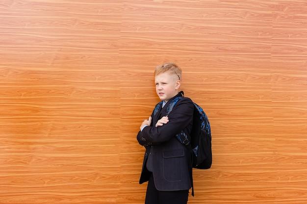 Der schüler in uniform auf der straße in der nähe der schule