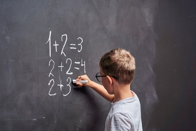 Der schüler löst ein mathematisches beispiel an einer tafel