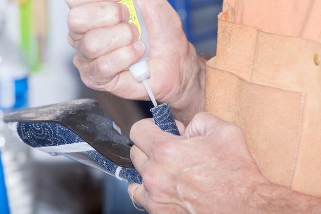 Der schuhmacher repariert einen schuh