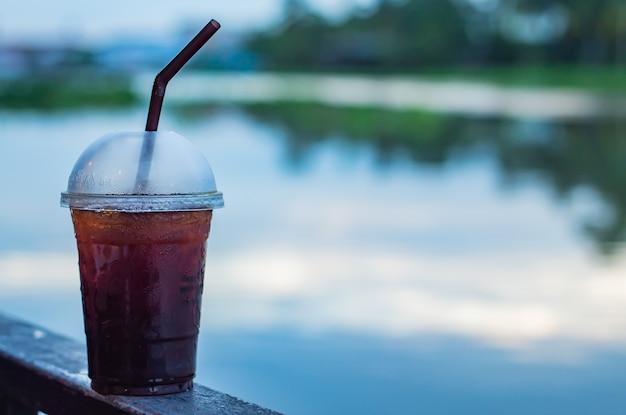 Der schwarze kaffee cooler unschärfehintergrundfluß