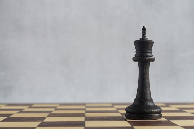 Der schwarze könig auf dem leeren schachbrett