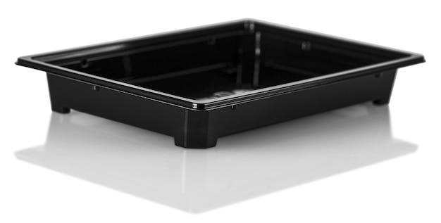 Der schwarze plastiklebensmittelbehälter auf weißem hintergrund. beschneidungspfad