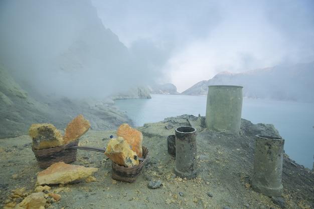 Der schwefelhaltige see von vulkan kawah ijen in osttimor, indonesien