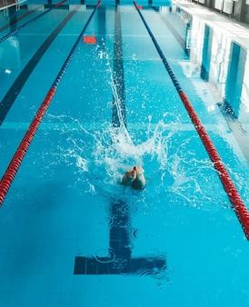 Der schwimmer stößt den rand des schwimmbades ab