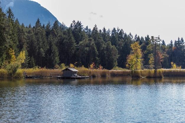 Der see von fi㨠im trentino. ein ort inmitten der natur mit wanderwegen für alle altersgruppen.