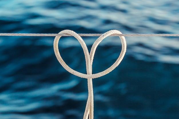 Der seilknoten (anhängerknoten) auf einem stahlseil