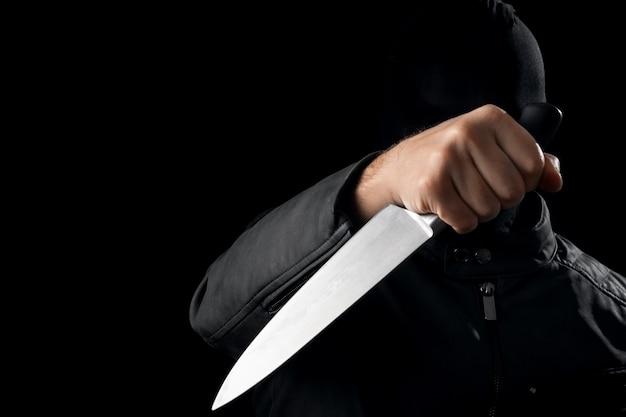 Der serienmörder, ein verrückter mit einem messer und einem schwarzen chuolkom auf dem kopf