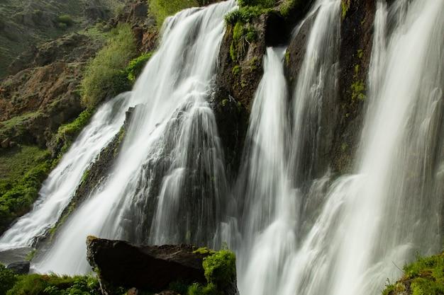 Der shaki wasserfall in armenien unter himmel