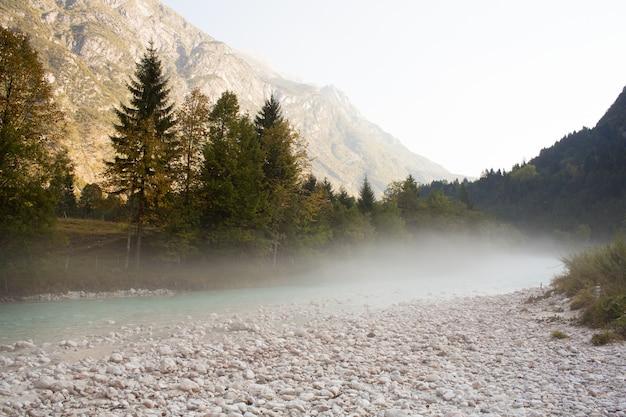 Der smaragdgrüne fluss soča, der schönste fluss in slowenien