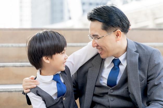 Der sohn umarmte seinen vater glücklich, alleinerziehender vater und sohn glücklich asiatisches familienkonzept