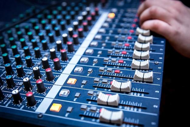 Der soundmanager arbeitet am audiomixer, bereitet einen neuen mix eines songs vor oder arbeitet an einem live-event