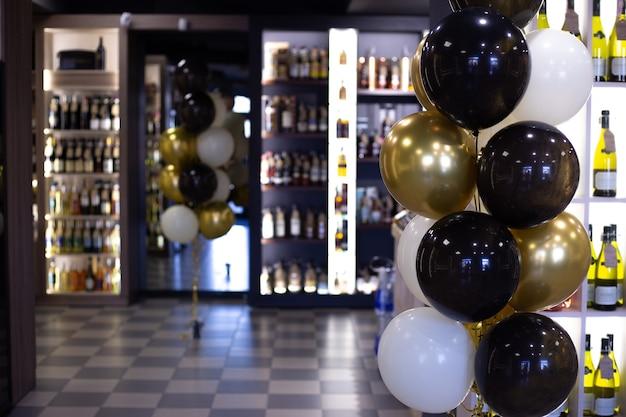 Der spirituosenladen ist anlässlich der eröffnung mit luftballons geschmückt
