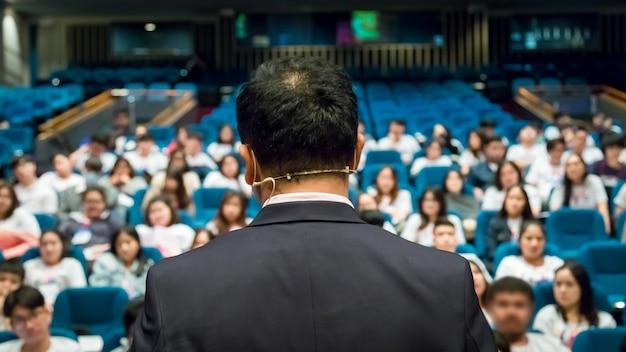 Der sprecher, der über geschäftskonferenz spricht. publikum im konferenzsaal