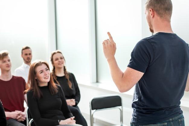Der sprecher macht einen bericht für eine gruppe verschiedener junger menschen