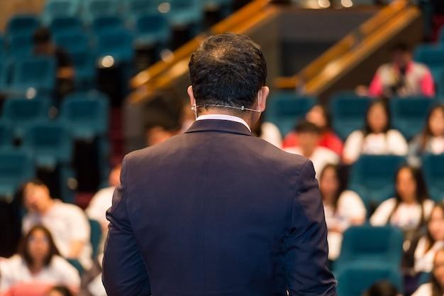 Der sprecher spricht über business conference.