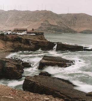 Der sprung des mönchs, berühmte klippe in chorrillos lima peru, gruppe riesige felsen in der küste, wellen schlagen die felsen