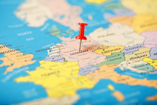 Der standort des ziels auf der deutschlandkarte wird durch einen roten reißzwecke angezeigt