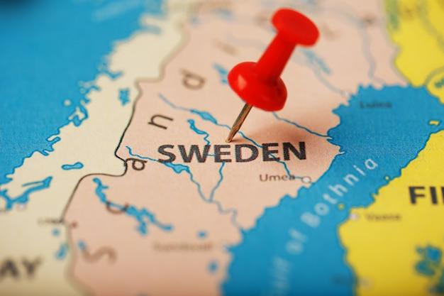 Der standort des ziels auf der karte schweden wird durch eine rote reißzwecke angezeigt