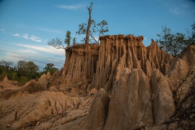 Der standort von sao din zeigt faszinierende erodierte bodensäulen in nan, thailand