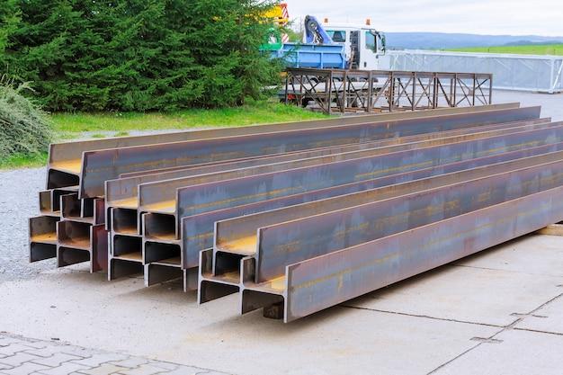 Der stapel aus gewalztem metall befindet sich im werk mit blick auf das stahlprofil. schwere metallurgie.