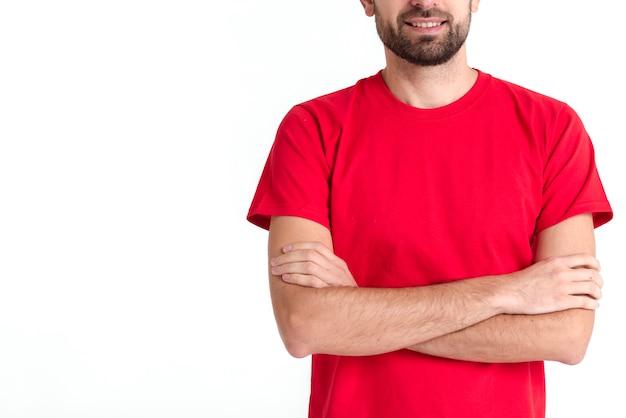 Der stehende kuriermann, der seine arme hat, kreuzte mittleren schuss