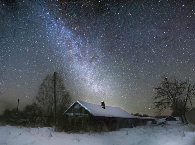 Der sternenhimmel über dem haus
