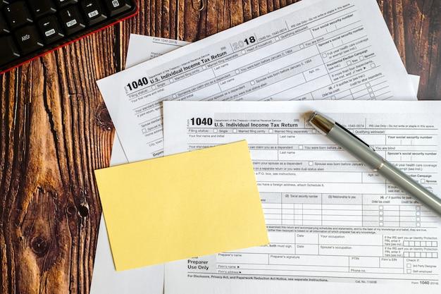 Der steuerzahler wird zu einem chaos und bittet um hilfe beim ausfüllen des steuerzahlungsformulars.