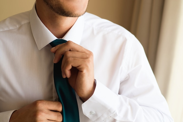 Der stil des menschen. anzug, hemd und manschetten