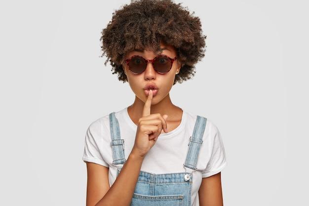 Der stilvolle teenager hält die lippen feiner